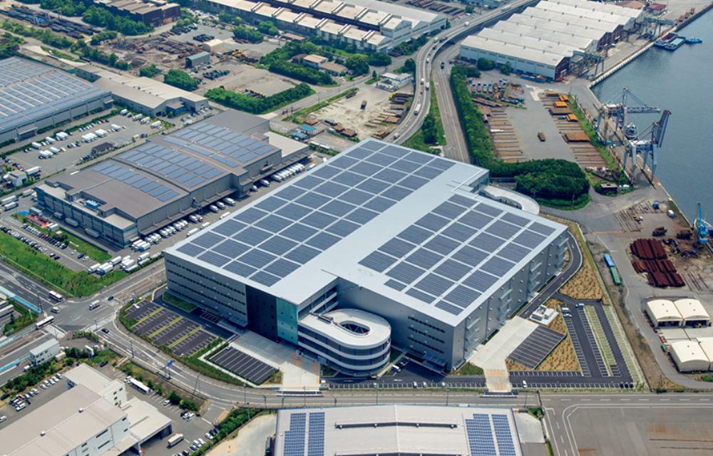 建物の屋根の上で太陽光発電