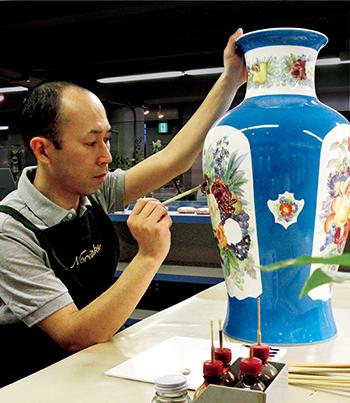 手作業による絵つけは匠の技