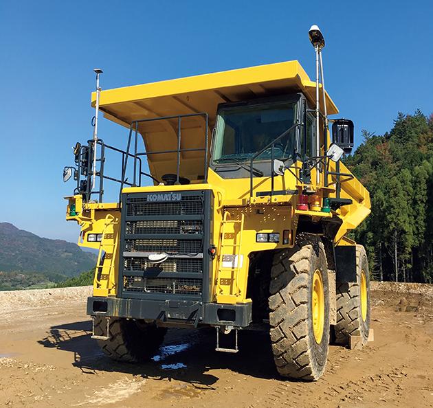 ダンプトラックが土を運び入れ、