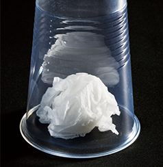 ティッシュにふれないように、プラスチックコップをかぶせる。