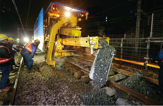 バラストは列車がたくさん通ると状態が悪くなるので、突き固めたり、交換したりする