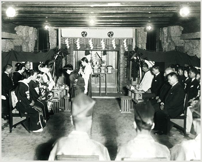 当時の帝国ホテルの神殿で行われた結婚式の様子