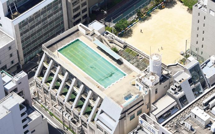 屋上にプールを設置している小学校