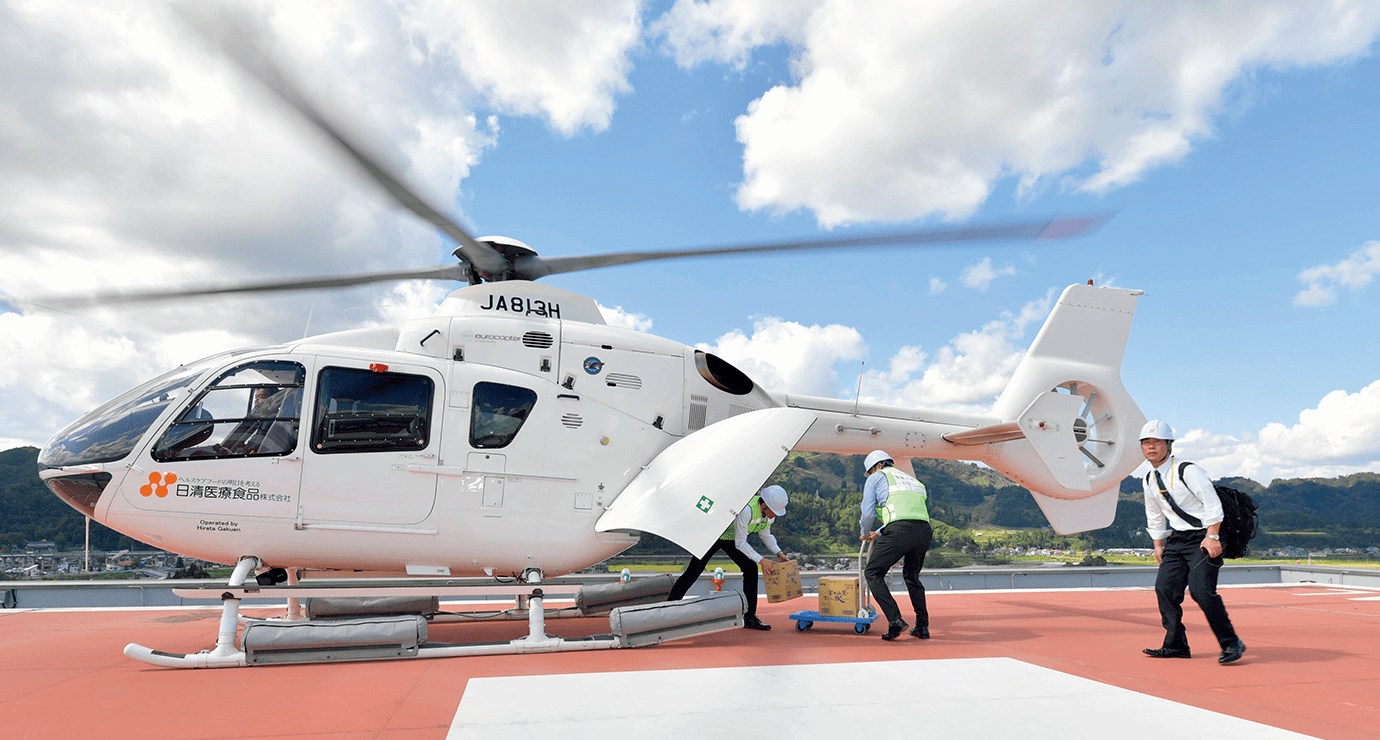 ヘリコプターを使って空輸